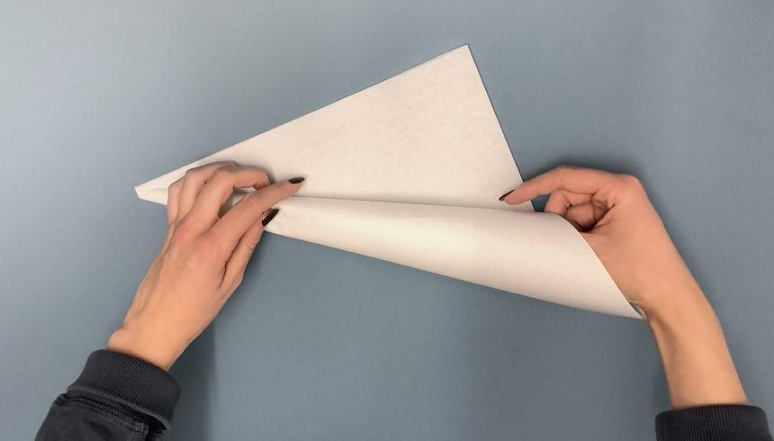 De stroken Toppits® boterhampapier worden opgerold tot een hoorntje