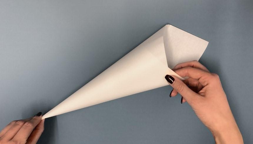 Het hoorntje van Toppits® boterhampapier wordt vastgekleefd