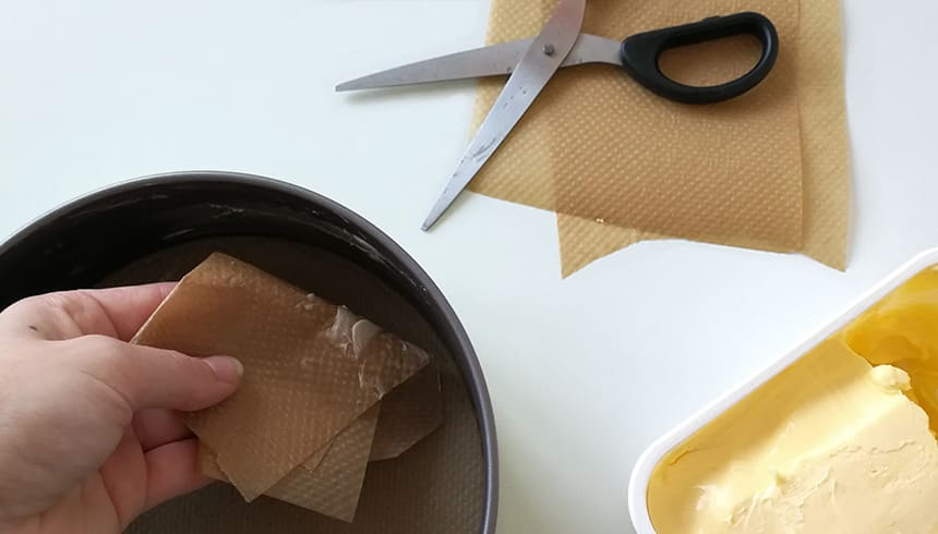Springvorm invetten met behulp van bakpapier