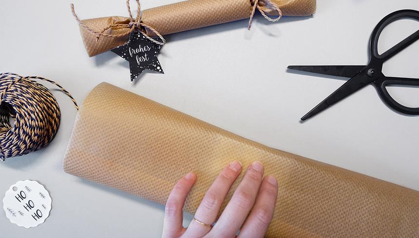 Een cadeautje wordt ingepakt met bakpapier