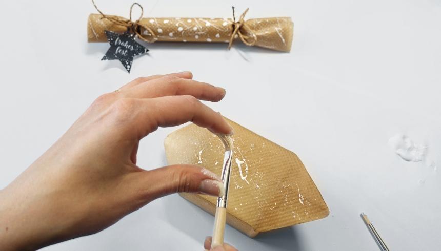 Het bakpapier wordt versierd met verf
