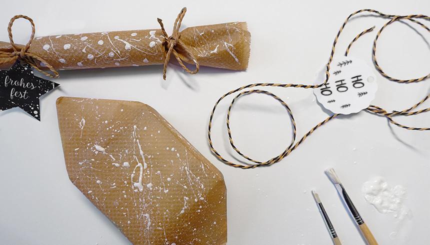 Met bakpapier ingepakte cadeautjes kun je versieren met mooie touwtjes.