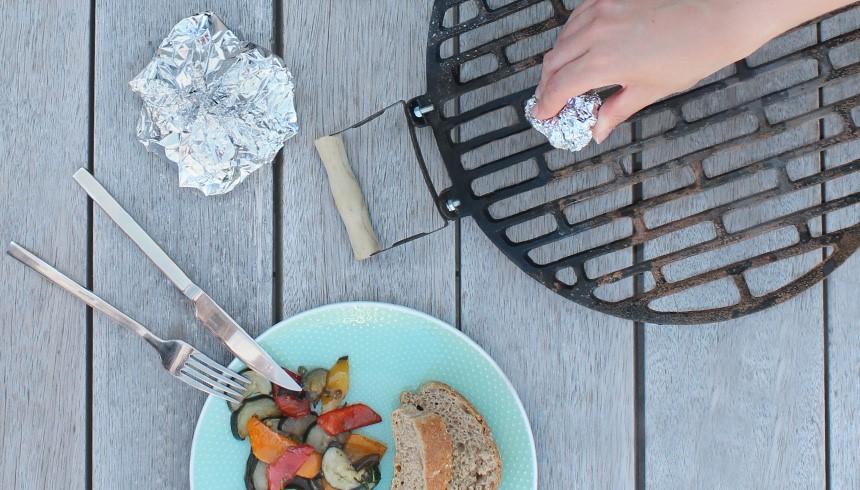 Barbecuerooster schoonmaken met gebruikt Toppits® aluminiumfolie