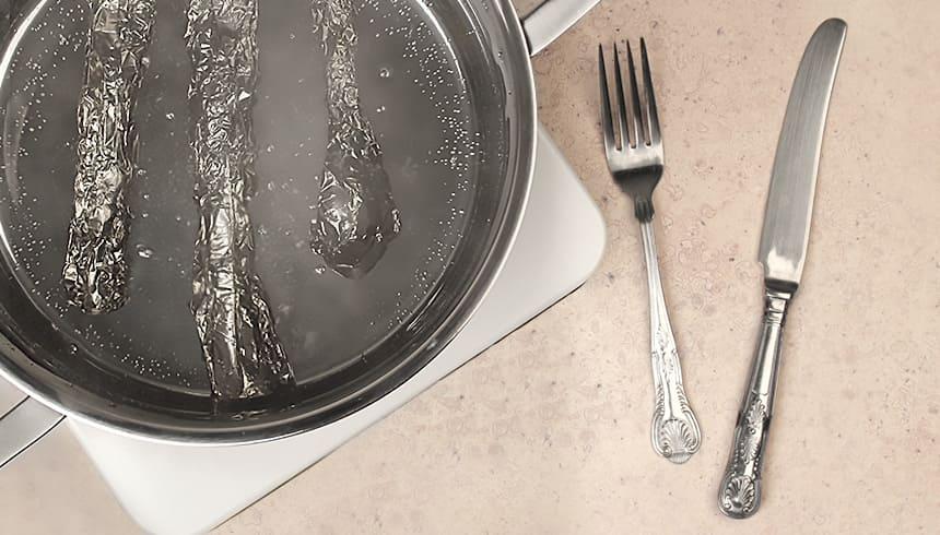 Zilveren bestek ingepakt in Toppits® aluminiumfolie