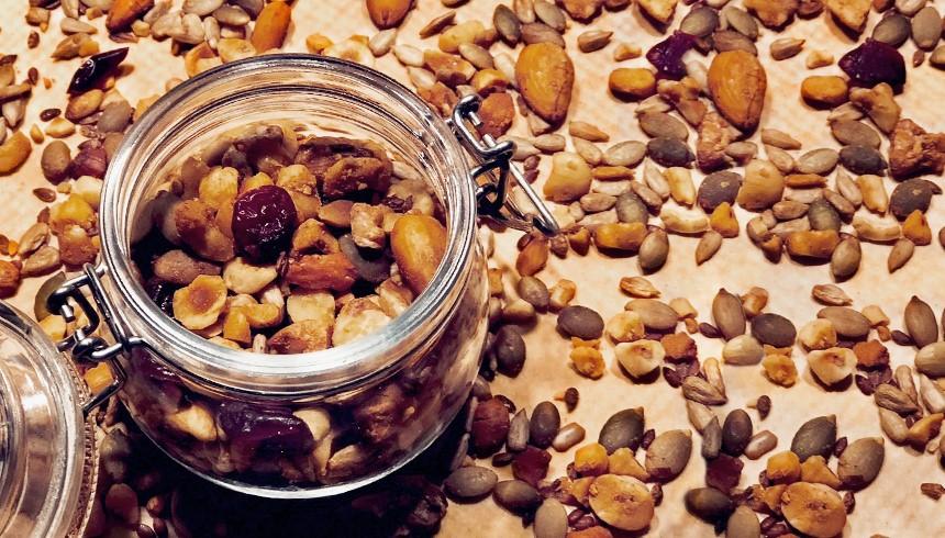 Heerlijke zelfgemaakte granola in een glazen pot.