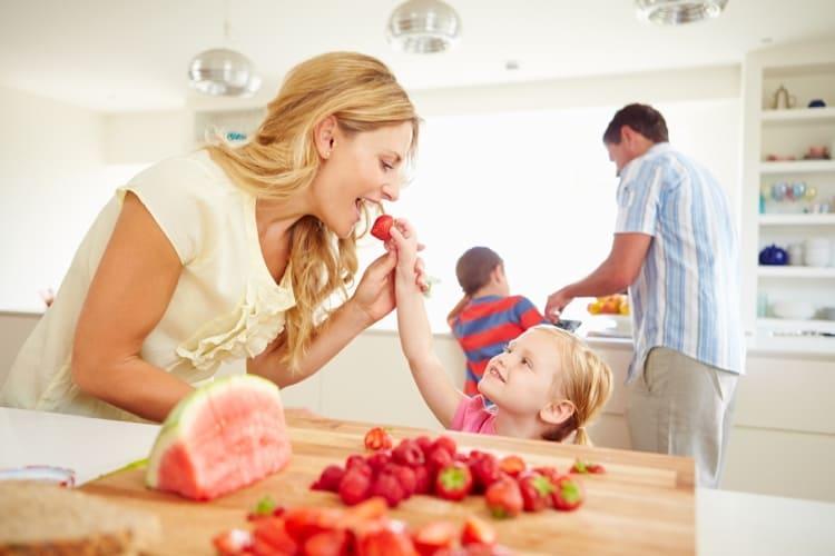 Ontdooid fruit uit de Toppits® diepvrieszakjes met dubbele sluiting.