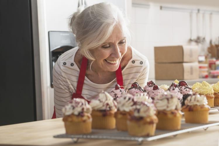 Vrouw is blij met heerlijke muffins