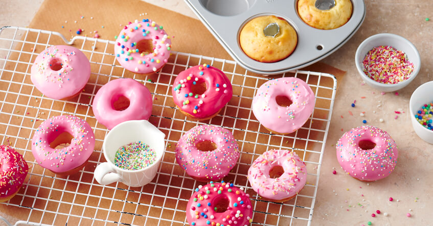 Minidonuts met kleurrijk glazuur uit een muffinblik