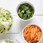 Verse groenten en verse salade in een kom